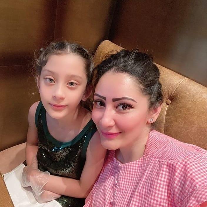 maanyata dutt with daughter