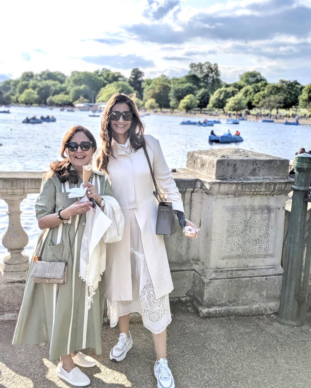 sonam kapoor with mother in law