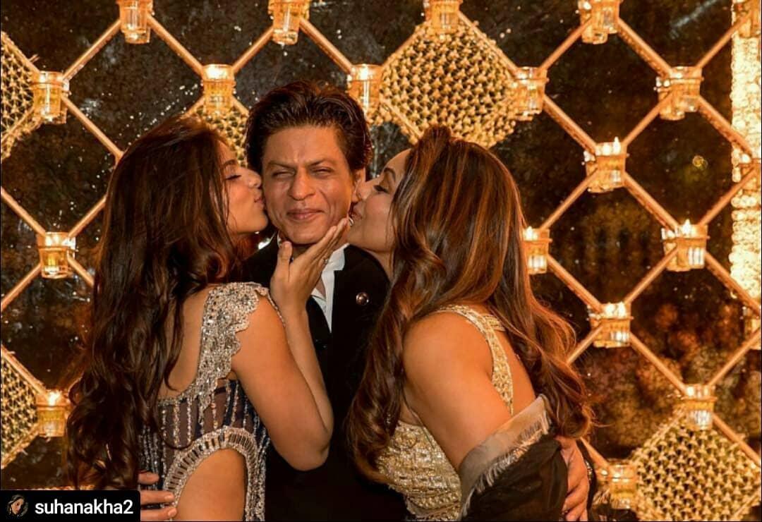 Shahrukh Khan With Suhana And Gauri