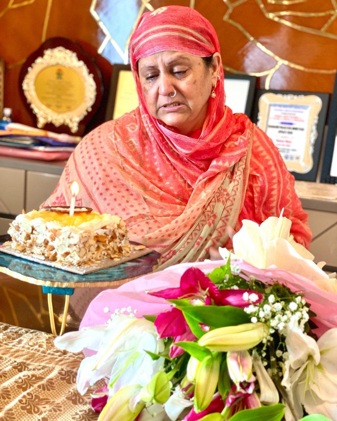 hina khan mother