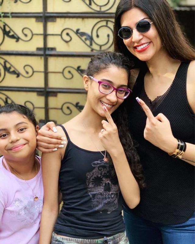 sushmita sen with both daughters