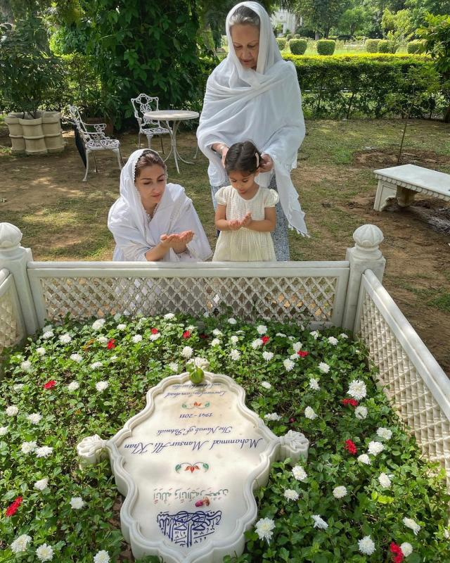 soha ali khan at father grave